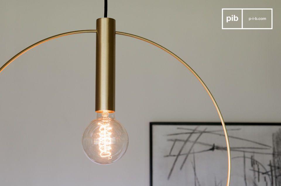 De Oohalt grote gouden hanglamp is gecentreerd in een sierlijke boog van geborsteld messing en maakt