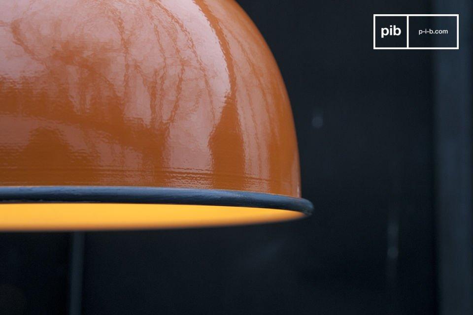 De mooie oranje afwerking van de  Snöl hanglamp schijnt vanaf je plafond en brengt een vleugje