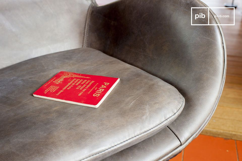 De poten van de fauteuil zijn retro en gemaakt van gepolijst metaal