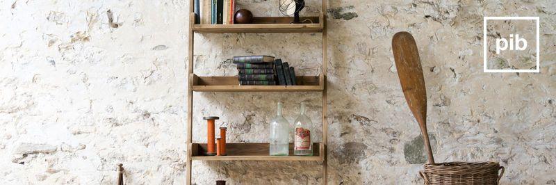 Oude collectie landelijke kasten en planken in shabby chic stijl