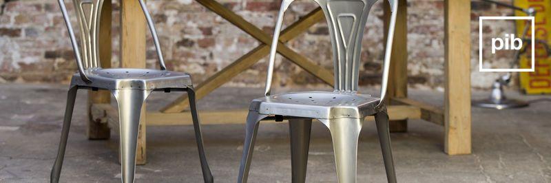 Oude collectie metalen eetkamerstoelen in industriele stijl