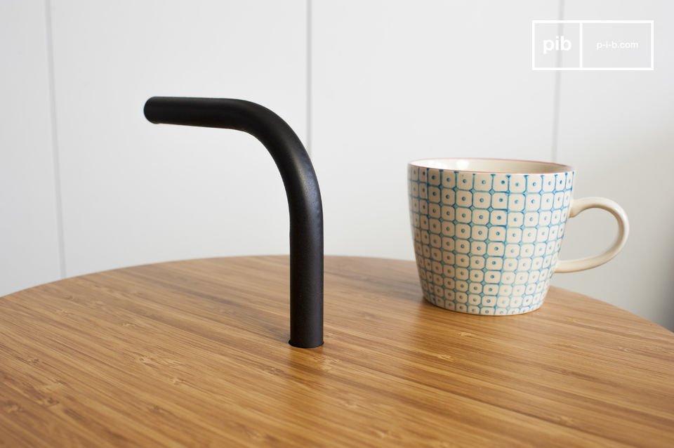 De Pakhäba bijzettafel is een origineel meubelstuk dankzij de ongewone metalen structuur