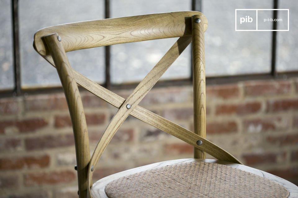 Daarnaast is de stoel ook erg comfortabel dankzij de rieten zitting en de gekruiste rugleuning