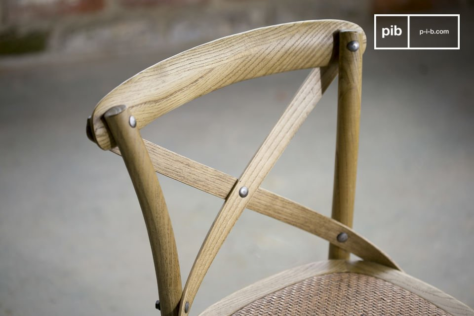 De stoel is erg comfortabel dankzij de goed gevulde zitting van jute en de gekruiste rugleuning