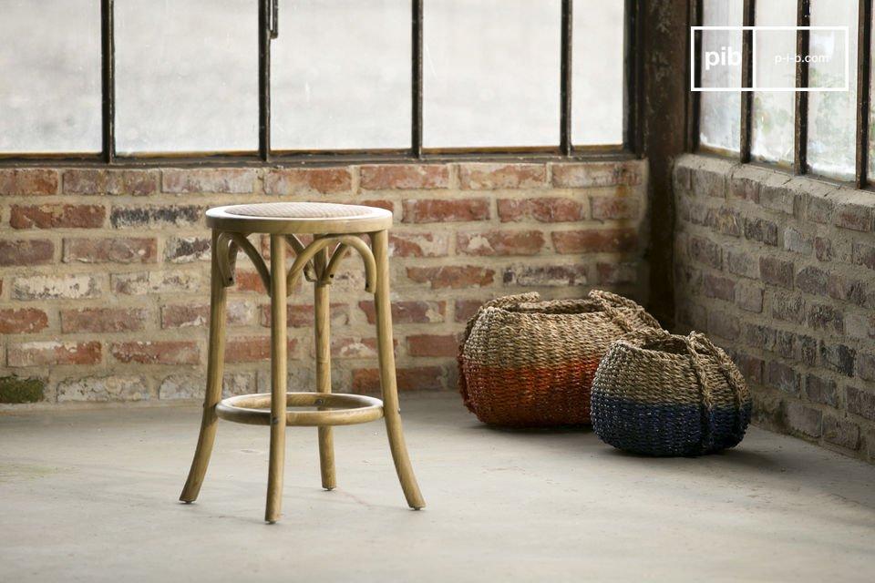 Volledig gemaakt van berkenhout, deze Pampelune kruk zorgt voor veel comfort dankzij gevulde zitting