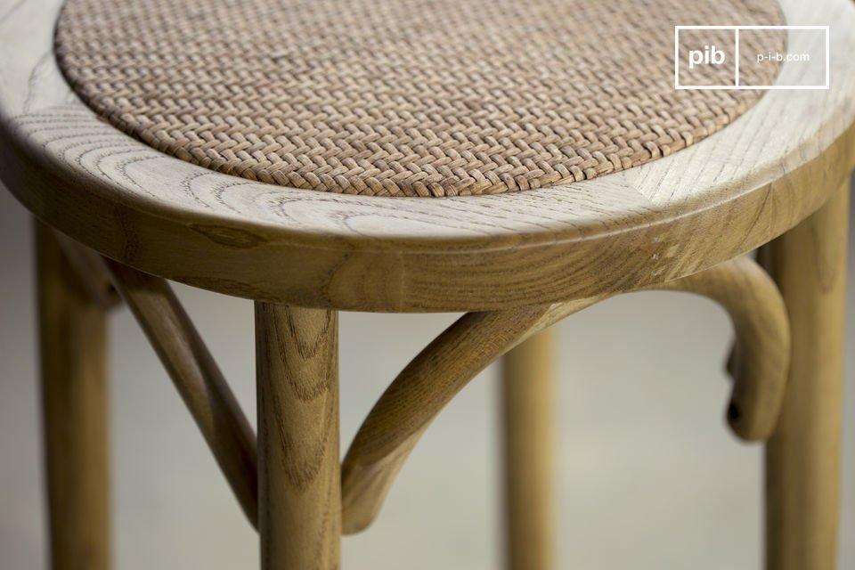 Het Pampelune houten krukje is erg robuuste en is geschikt voor regelmatig gebruik