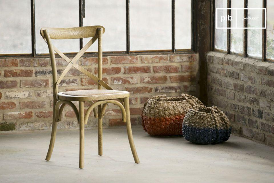 De stoel is netjes afgewerkt en met de hand in elkaar gezet en geschilderd