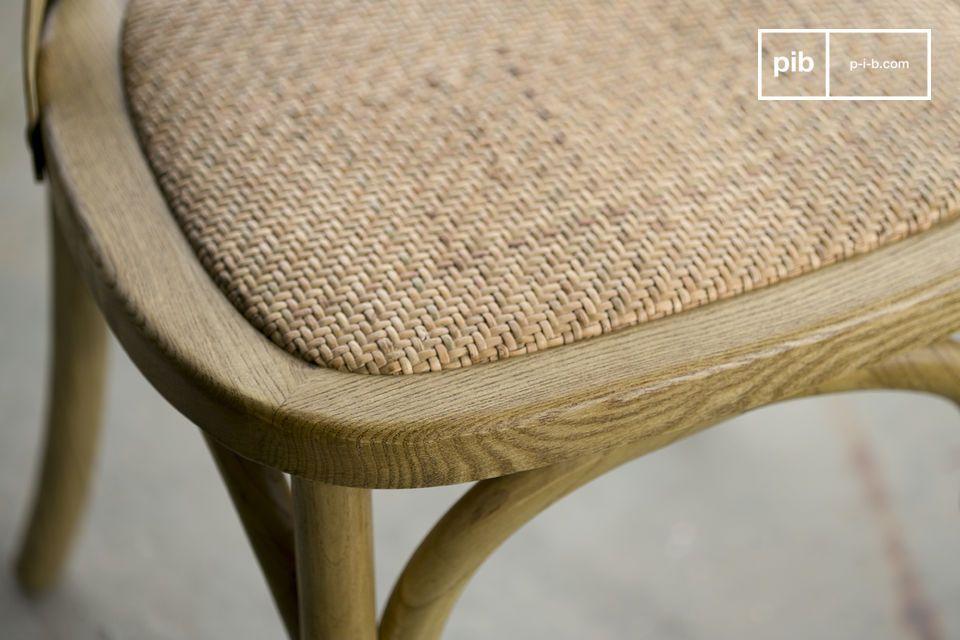 Daarnaast is de stoel ook erg comfortabel dankzij de rieten zitting en de gekruiste rugleuning die