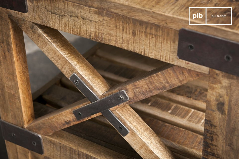 De wielen zijn gemaakt van staal en bevestigd aan het houten frame