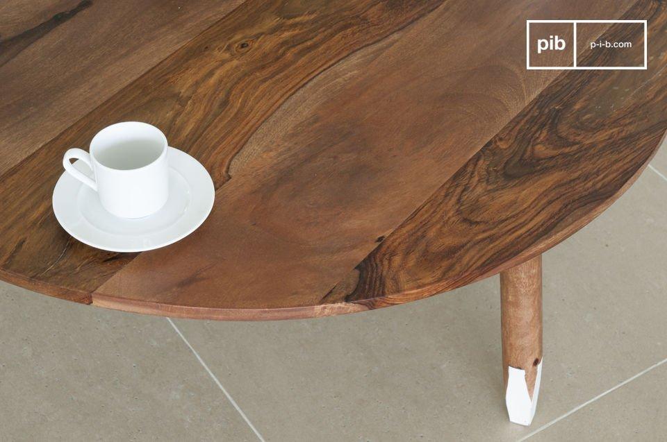 De tafel heeft een unieke kleurcombinatie: de ronde poten zijn afgeslepen en de uiteindes zijn