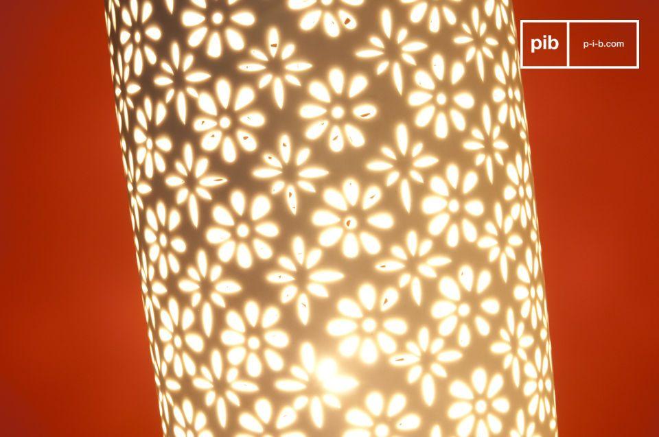 Door de charmante en heldere bloemen kun je genieten van een prachtige verlichting  Deze gebloemde lamp zal de perfecte Scandinavische aanvulling zijn voor je nachtkastje of als sfeerlichting in je woonkamer