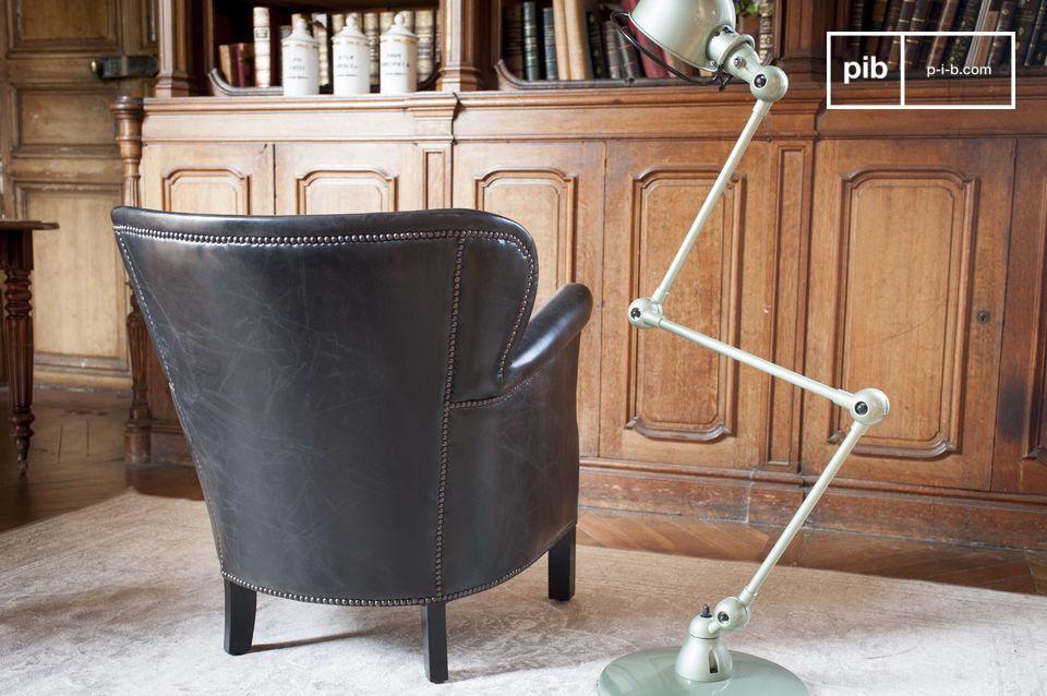 Met een zeer donkere afwerking heeft de Red Baron industriele fauteuil het voordeel van zijn