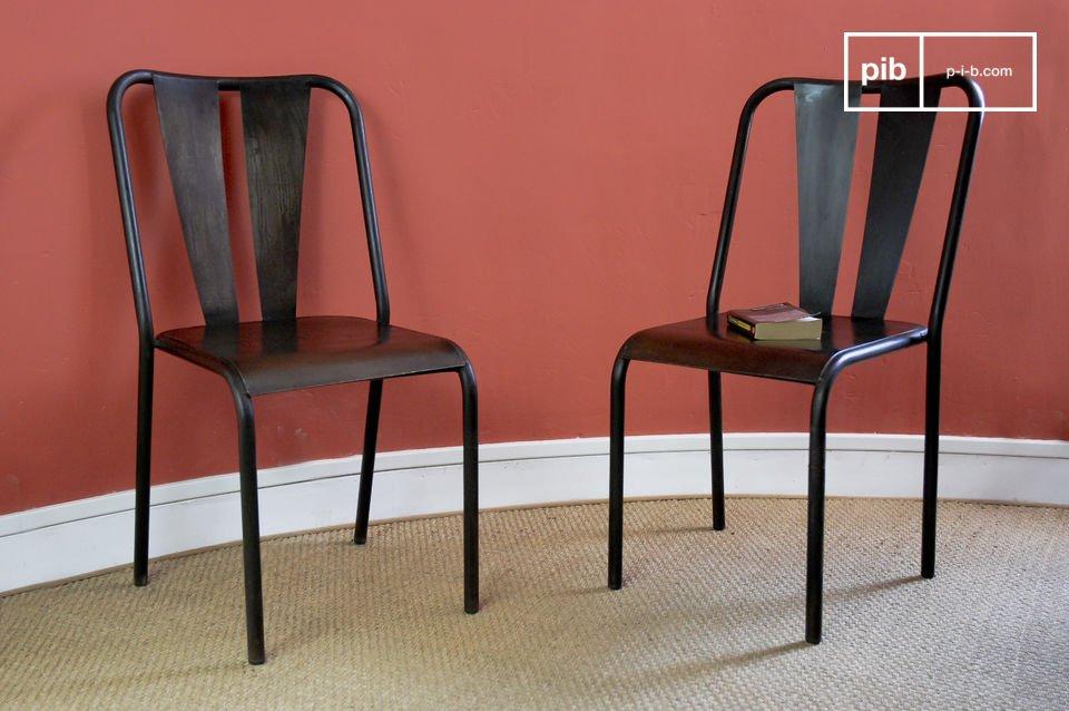 Deze handgeschilderde metalen stoel heeft een verontrust effect die de stoel onafgewerkt laat lijken