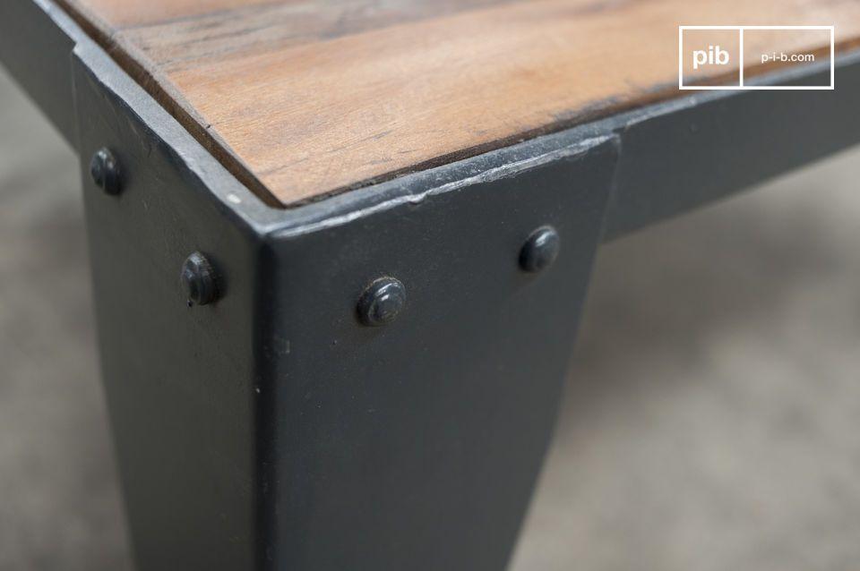 De licht geribbelde houtnerf voegt een onafgewerkt uiterlijk toe aan het design
