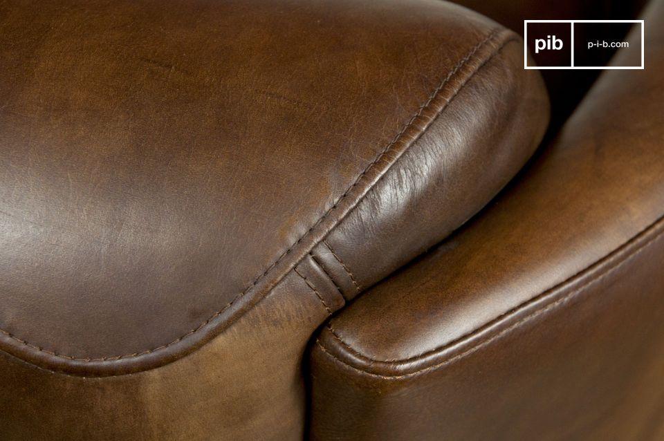 Zeer comfortabel door de goed gevulde armleuning en de gebogen rugleuning die perfect bij de kromming van de ruggengraat past