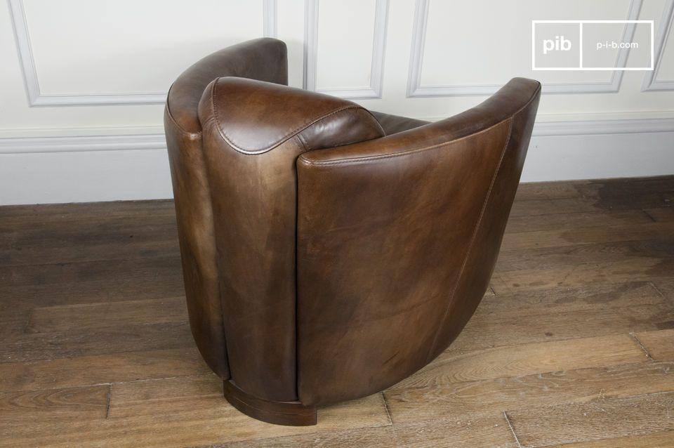 Deze fauteuil heeft een diepe zitting en een stevige beukenhouten frame