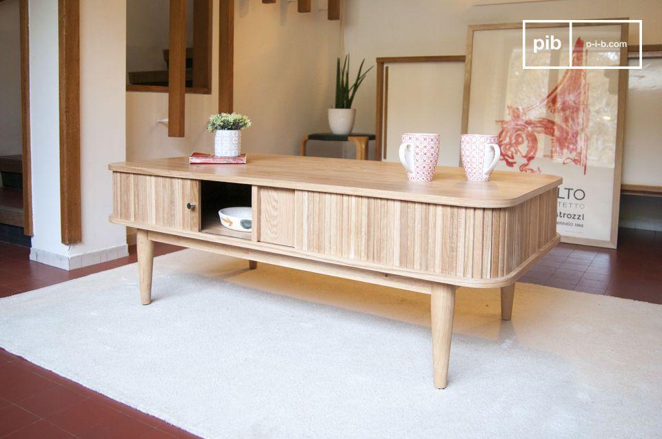 Een koffietafel in licht hout met verborgen opslagruimte achter een origineel sluitsysteem