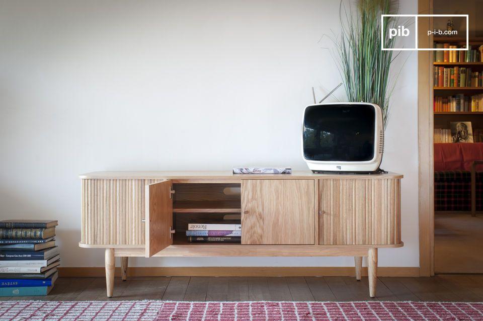 Een Scandinavisch geïnspireerde ontwerp met helder, licht hout en verfijnde poten