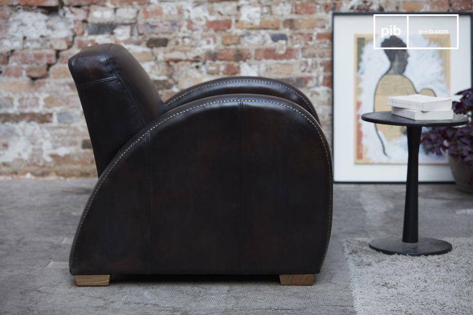 De Rockefeller Espresso stoel onderscheidt zich van andere clubfauteuils door zijn zeer rechte