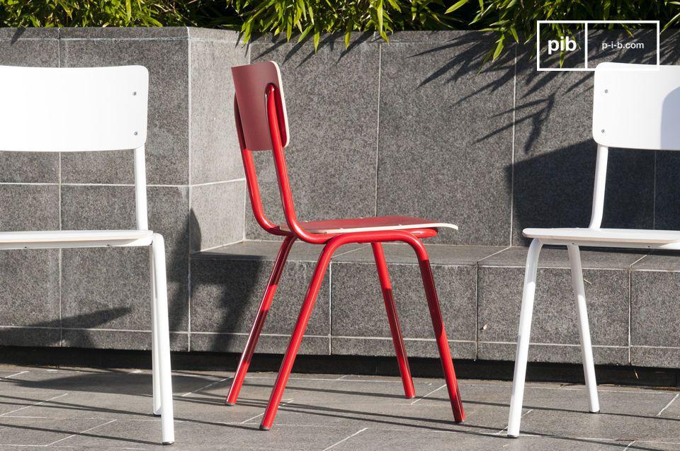 Plaats een of meerdere Skole stoelen rondom de eettafel