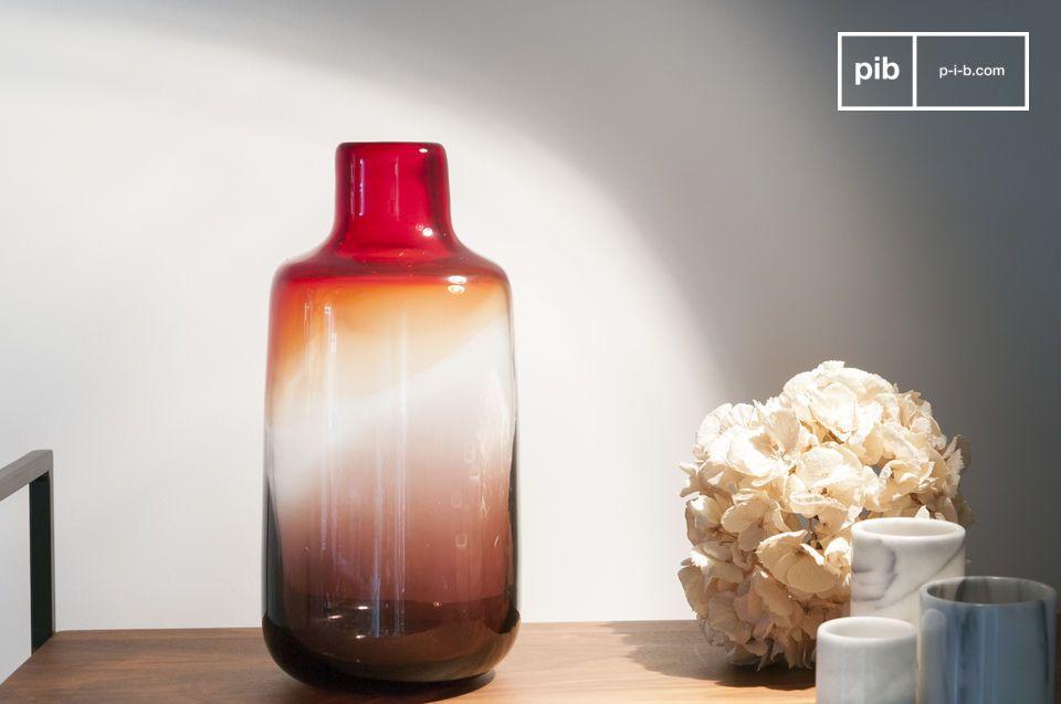 De Bobby rode glazen vaas is een ronde vaas waarvan de lijn een zekere elegantie vertoont die doet