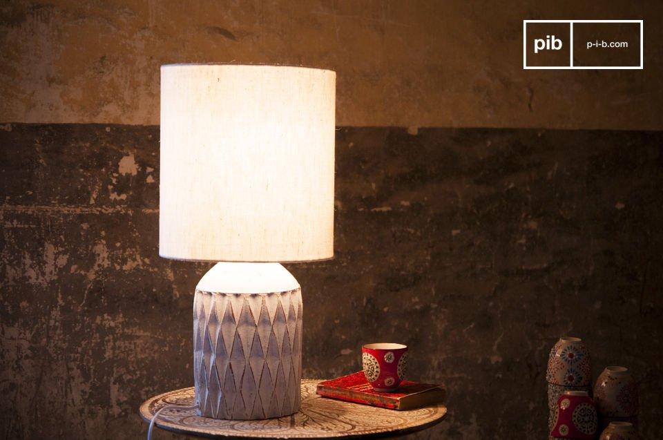 De lamp heeft een witte afwerking en is gemaakt van terracotta wat zeker een romantisch element zal