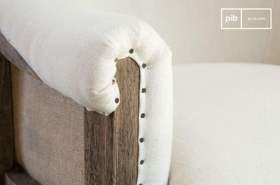 De houten frame van de Léonie fauteuil heeft een gepatineerde afwerking en dit benadrukt het