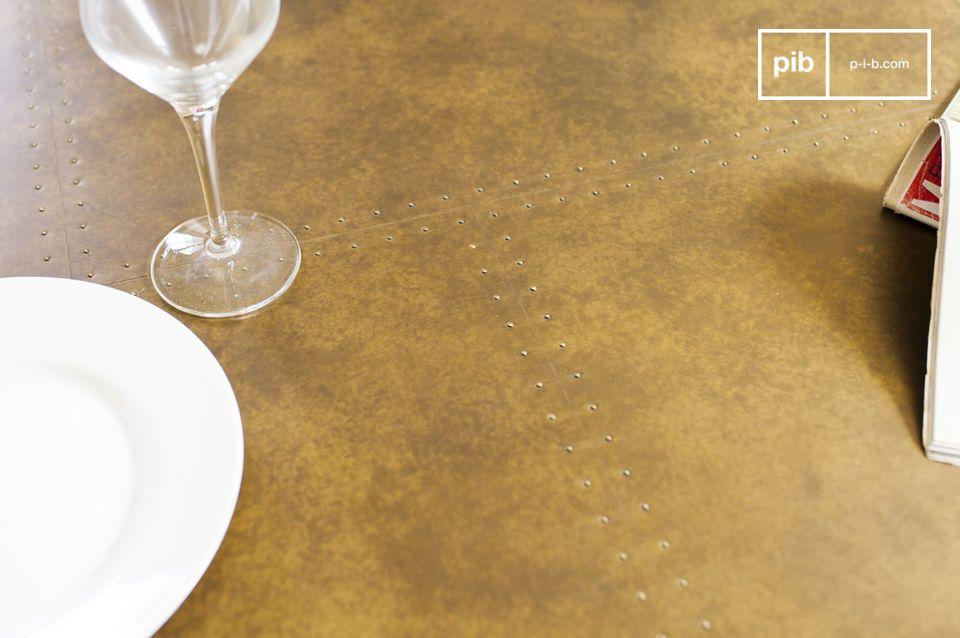 Het tafelblad van de ronde Liverpool tafel is gemaakt van eikenhout