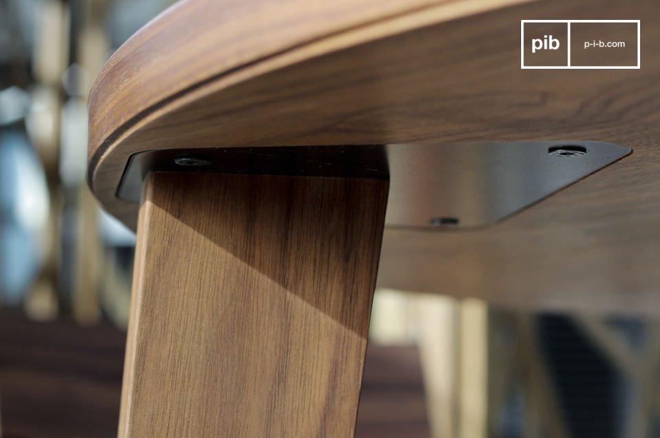 Deze gezellige ronde Nöten tafel maakt je eetkamer helemaal af door zijn natuurlijke donkere kleur
