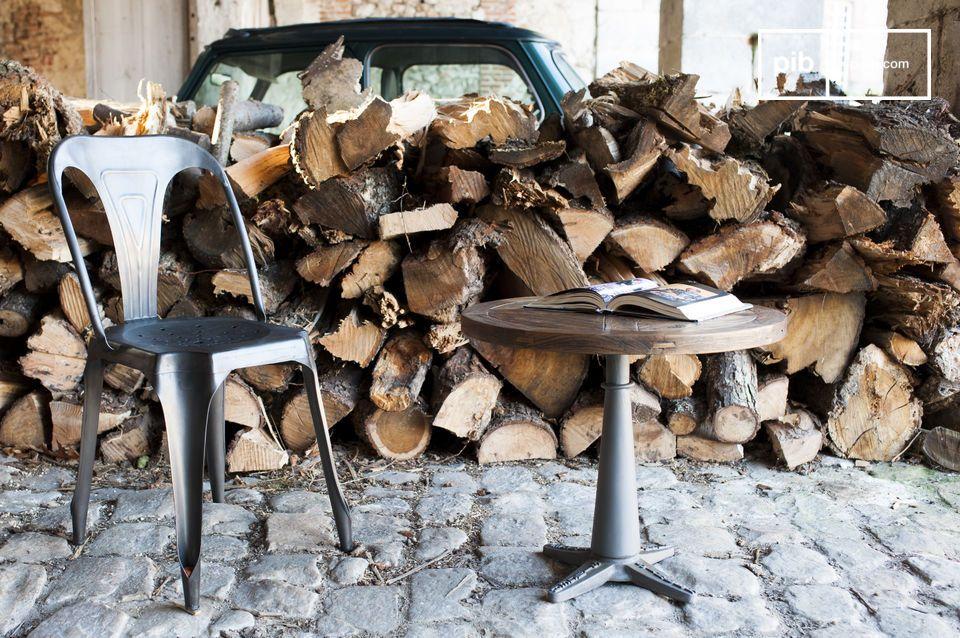 Het blad heeft een diameter van 55 cm en bestaat uit een fijne combinatie van verschillende stukken hout
