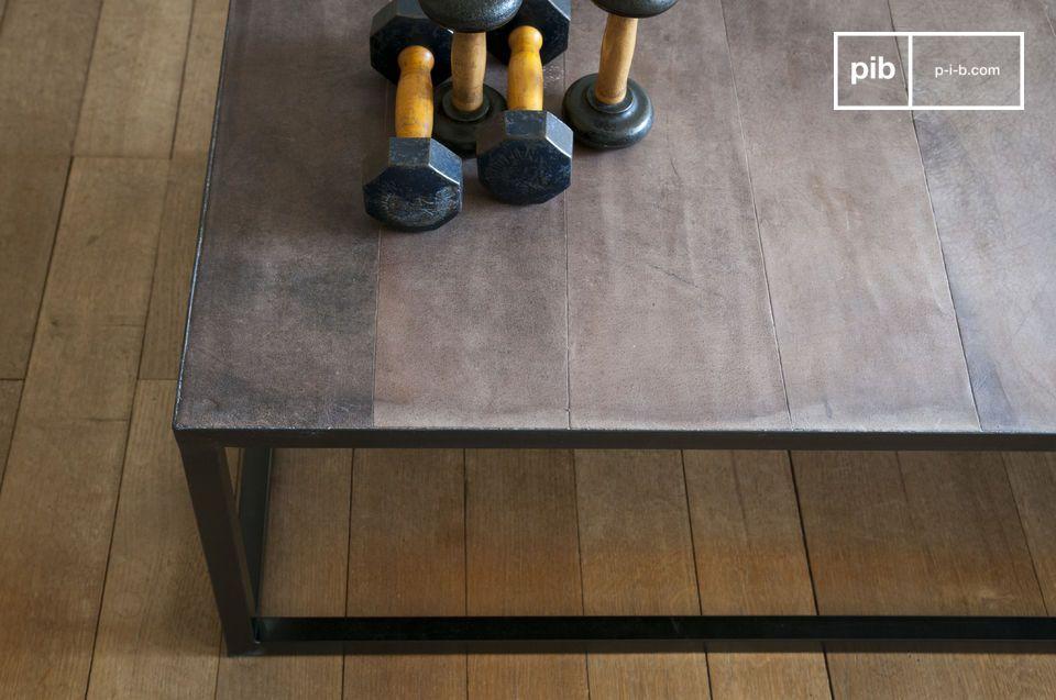 De tafel bestaat uit een geometrische metalen structuur bedekt met een leren blad en valt meteen op