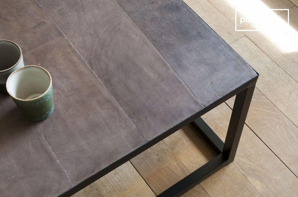 Een lange salontafel met een chique industriele uitstraling