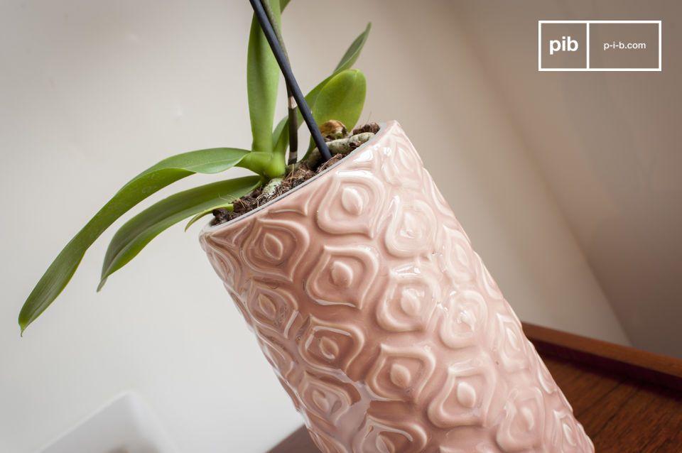 Een roze keramische vaas bewerkt in een vintage stijl vol zachtheid
