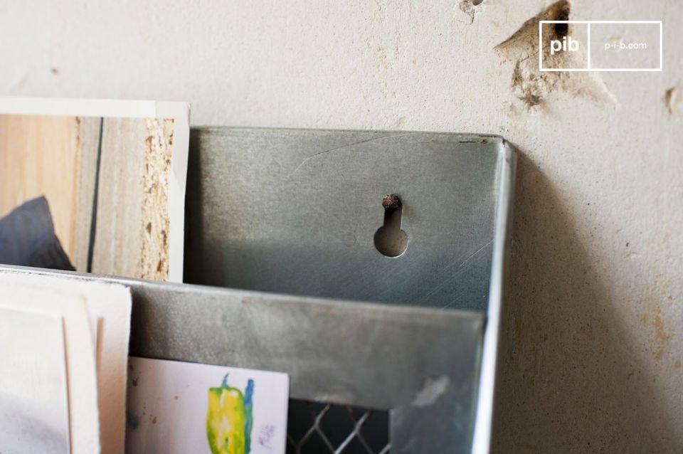 Dit brievenrek is volledig gemaakt van metaal en heeft een antieke afwerking