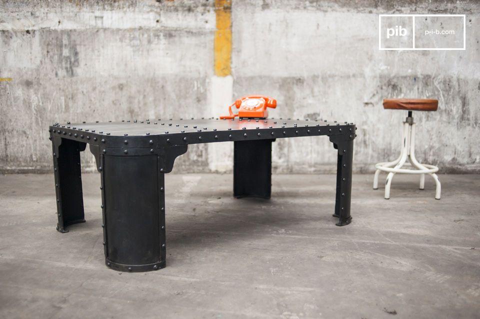 De industriële tafel is gemaakt van 100% geklonken staal