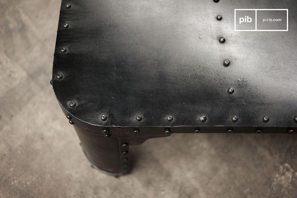 Deze salontafel heeft een geavanceerde industriële design