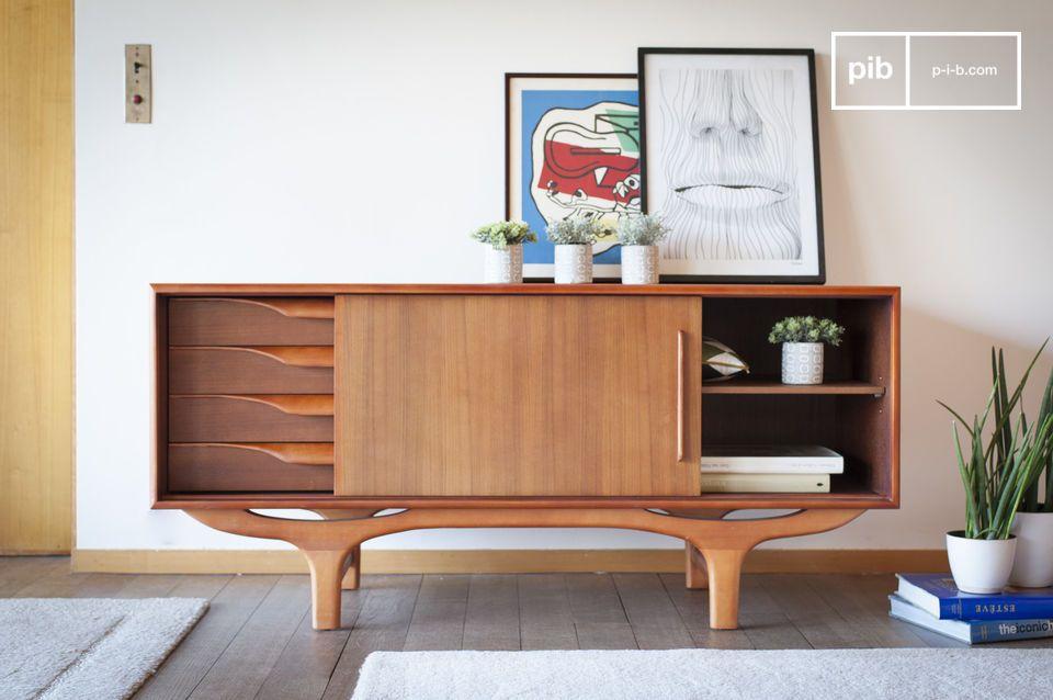 Een volledig houten dressoir met vintage Scandinavische lijnen in rondingen en tegenwelvingen