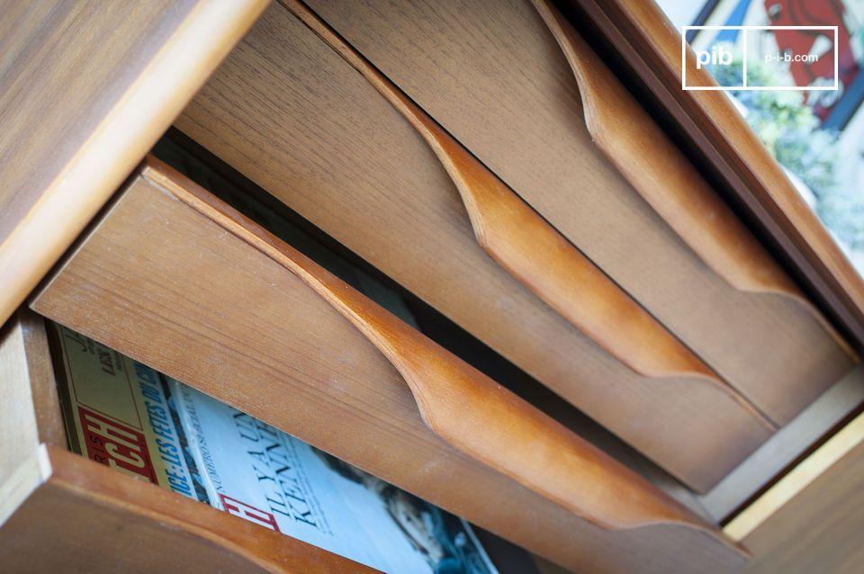 Het combineert vier lades van origineel design met planken verborgen achter een schuifdeur en hij