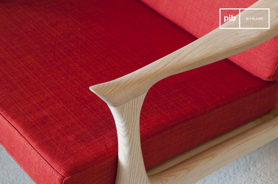 Deze felgekleurde fauteuil met een Scandinavisch design geïnspireerd op de jaren \'50 geeft een