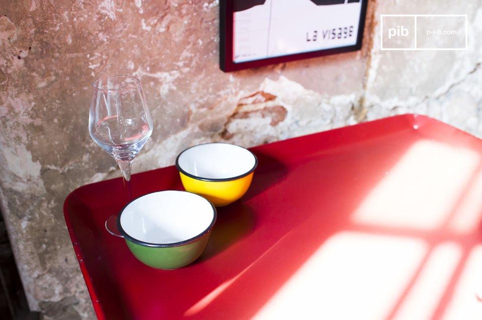 De Scarlet tafel is een klein meubelstuk die niet alleen mooi, maar ook praktisch is