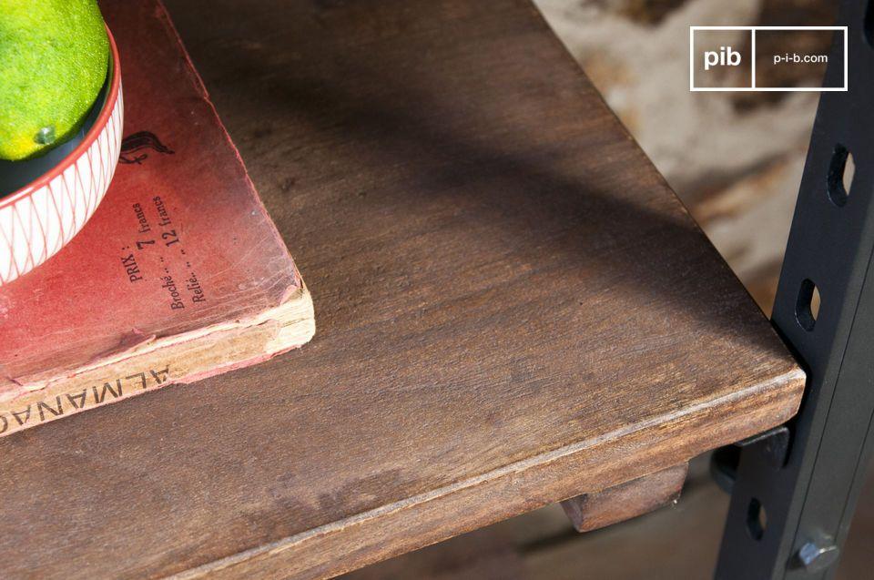 Geboren uit het huwelijk tussen het massieve hout van de platen en het staal van de structuur