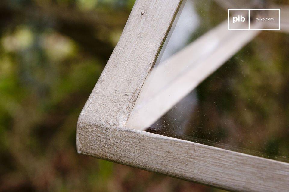 Het glas is omgeven door beige metaal met een verouderde look