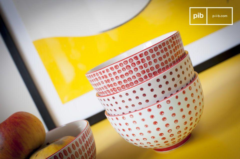 Deze schalen met rode stippen hebben enerzijds de charme van handgemaakte patronen met eigenzinnige