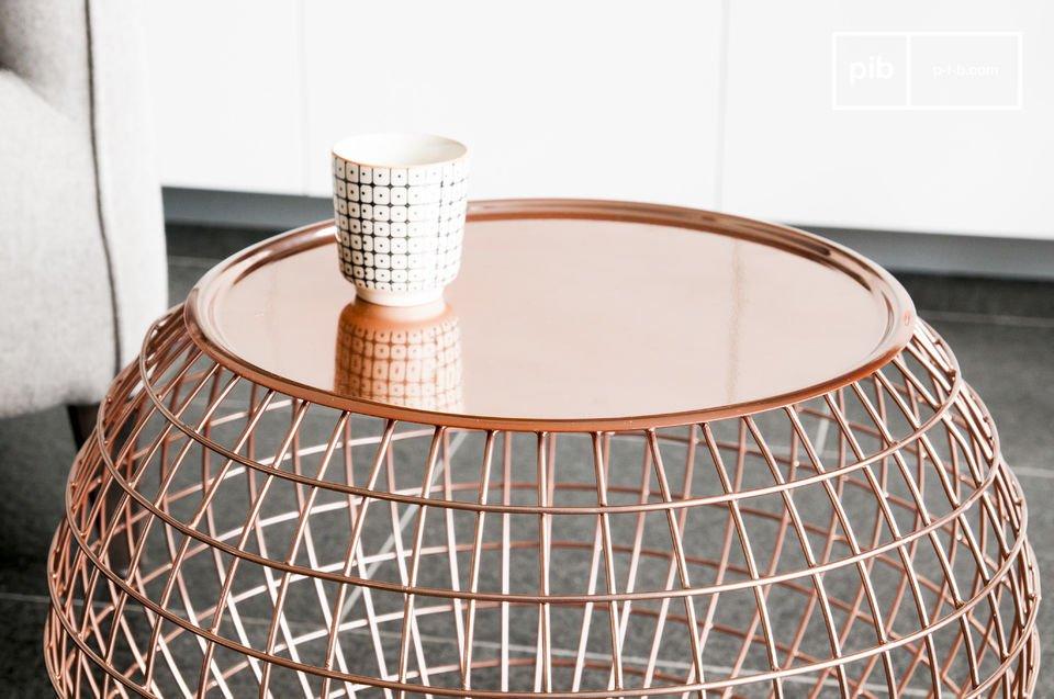 Koperkleurige metalen tafel met mooie rondingen.