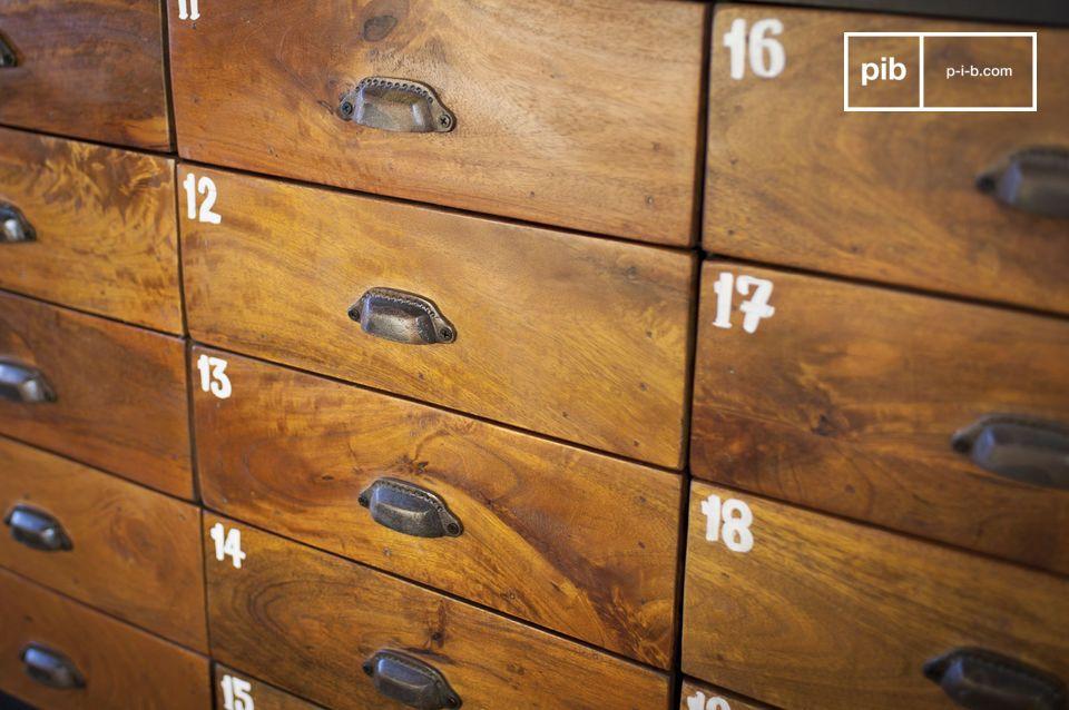 Met zijn 20 lades in vernist massief hout die voor een mooi contrast vormen met de metalen structuur