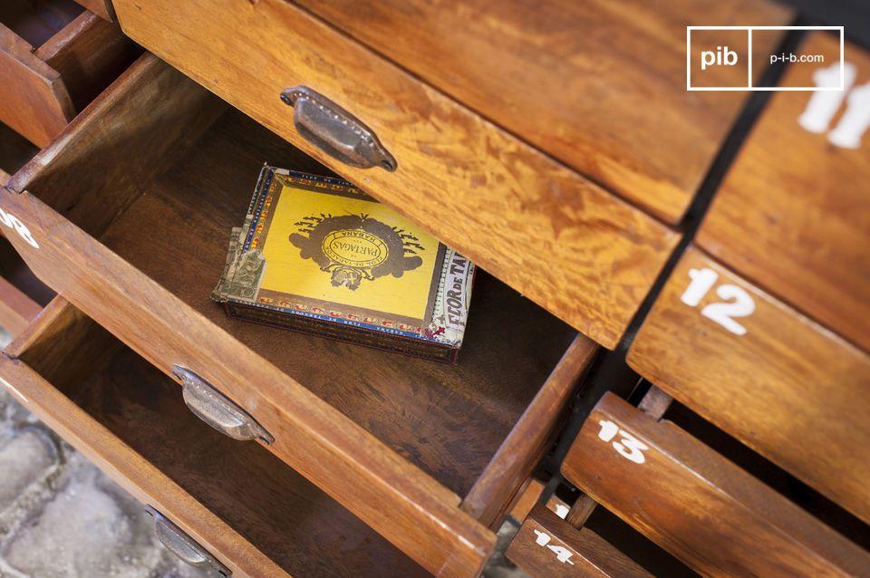 Deze ladekast met meerdere lades is een meubelstuk met onmiskenbare charme