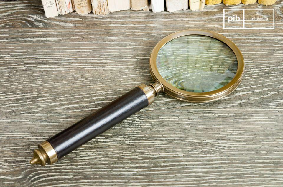 De Sherlock vergrootglas, die bijna 30 cm lang is, is niet alleen een mooi accessoire voor op een wandplank of op de salontafel, maar ook erg praktisch