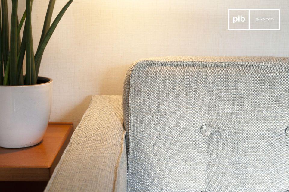 De cilindrische kussens compenseren de rechte en reguliere vormen van de stoel en rugleuning