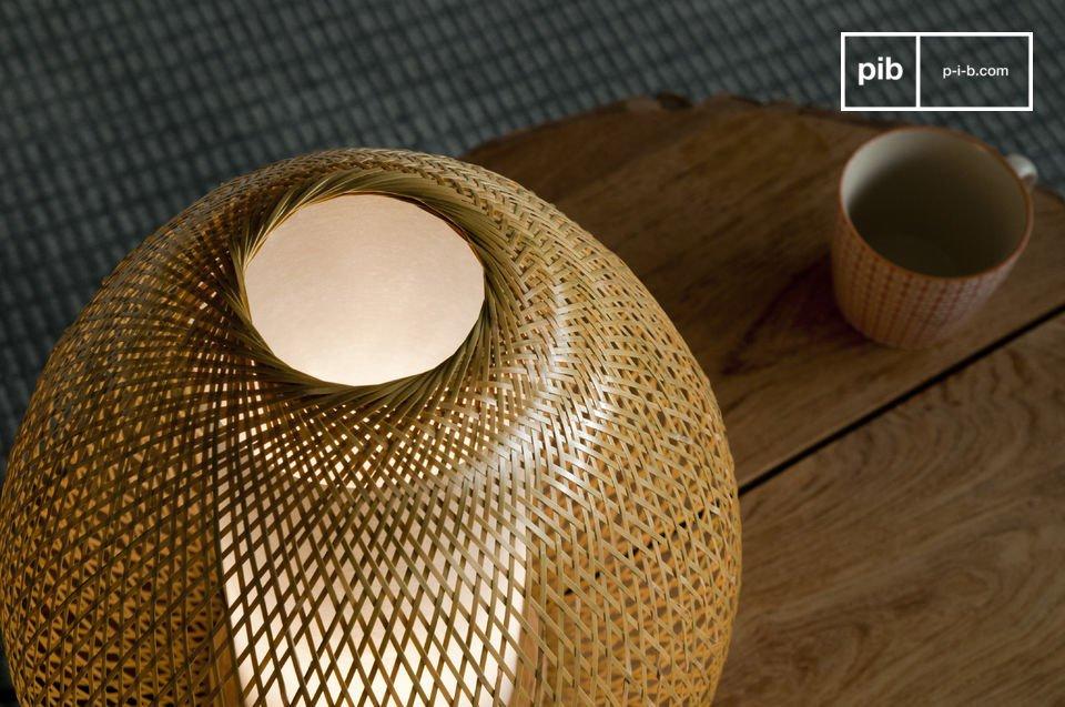 Geniet van de kunst van gevlochten bamboe die bijdraagt aan de helderheid van deze trendy lamp