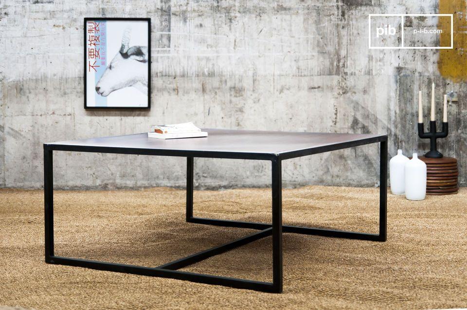 Houten tafel met een metalen frame